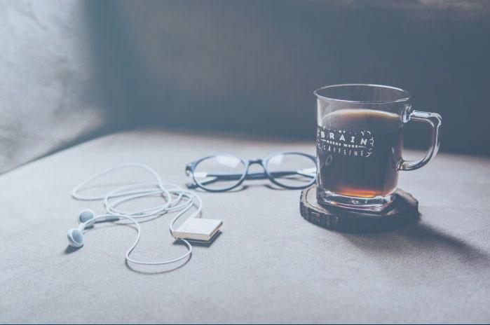 """Hochklassiges Foto aus dem Bestand der kostenlosen Bilddatenbank Unsplash. Ein Nachweis wäre hier nicht notwendig. Wir liefern ihn aus Dank aber trotzdem: Das Bild mit dem Titel """"Need more Caffeine"""" stammt vom türkischen Fotografen Sabri Tuzcu."""