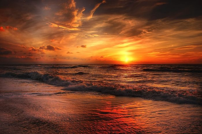 Profi-Bilddatenbanken sollen noch ein Quäntchen besser sein, aber auch dieses wunderschöne Sonnenuntergangsfoto stammt von Pixabay und ist lizenzfrei nutzbar. Bild: Kordi Vahle
