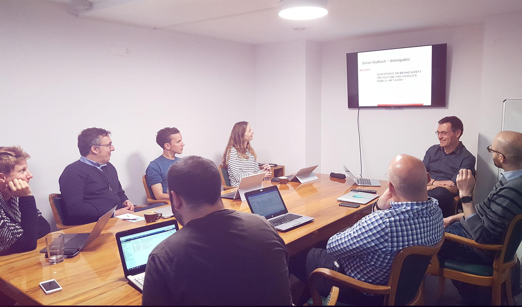 Teilnehmer am Content Production Day diskutieren übers Kuratieren