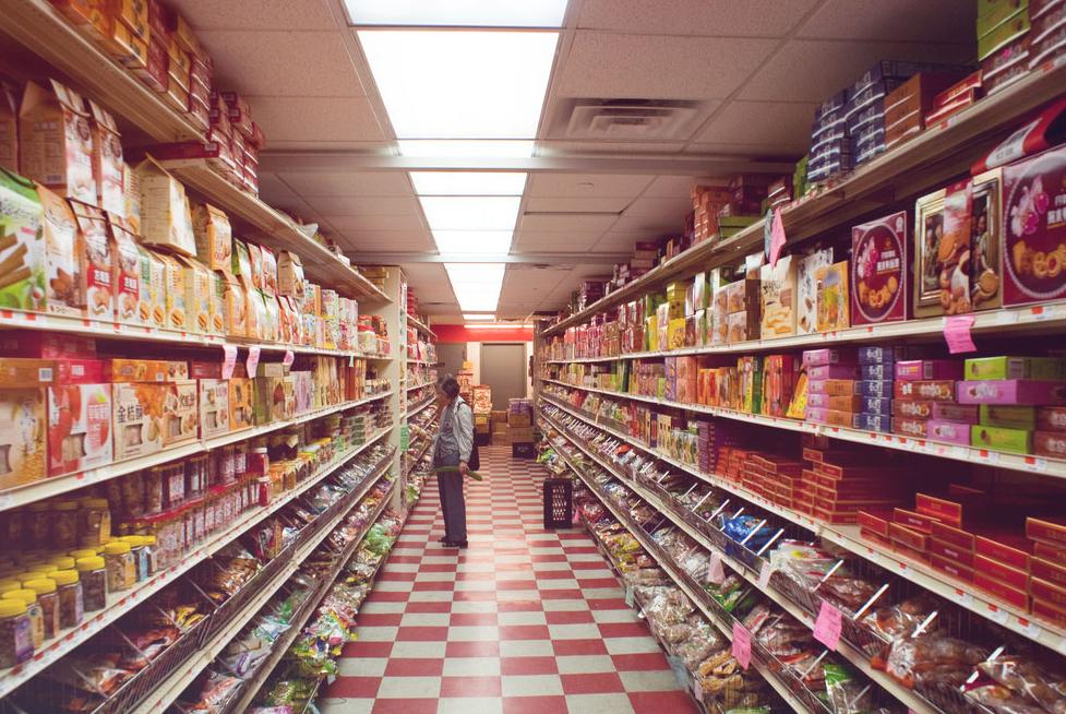 Grosse Auswahl an Artikeln in Supermarktregalen