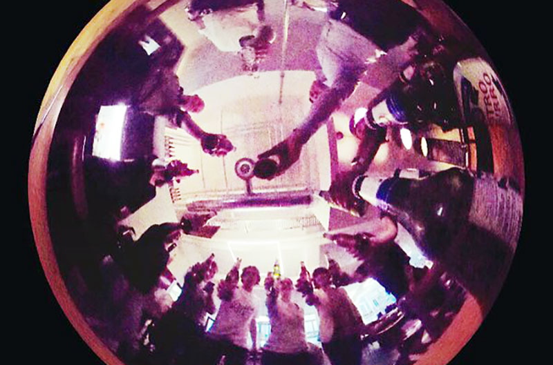 Die Teilnehmergruppe am zweiten Content Production Day bei tinkla glänzte unter anderem durch 360° Rundumblick. Bild: Nadia Holdener